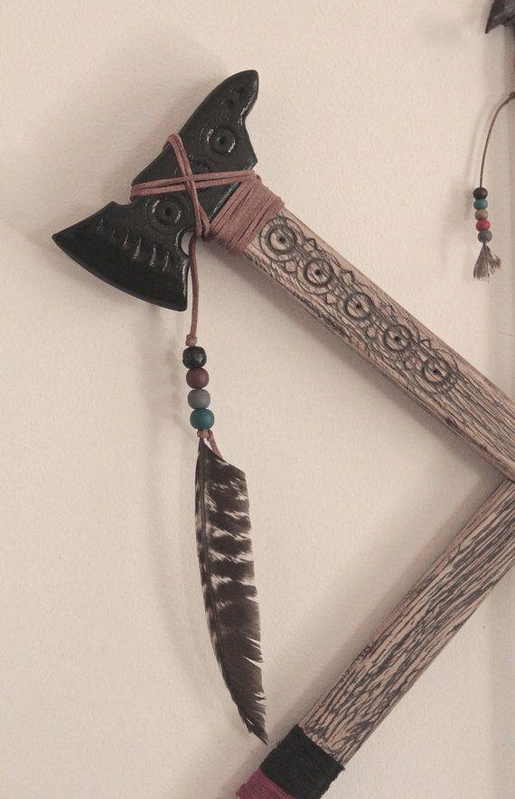 Deze adembenemende muur opknoping van de Indiase pijl met houten tomahawks is een mooie verklaring voor de bohemien stijl geïnspireerd door de verbazingwekkende Indiaanse cultuur.  Het verandert volledig de sfeer in uw kamer. U voelt de positieve energie van de handgemaakte item.  Zet dit tribal stijl pijl en tomahawks decor item in uw slaapkamer op de muur op de bovenkant van uw bed of u zult versteld staan hoe mooi uw dromen zal worden. Het kan ook een prachtige centrale stuk in uw…