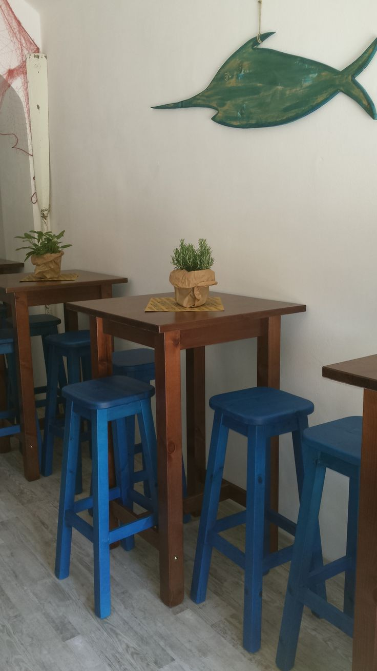 Oltre 25 fantastiche idee su sgabelli da bar in legno su pinterest sgabello pallet - Tavoli alti con sgabelli ...