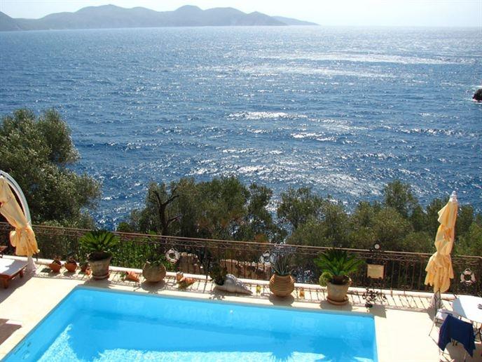 Tijdens een heerlijke duik in het zwembad genieten van het uitzicht over zee bij Aparthotel Roi op Kefalonia...