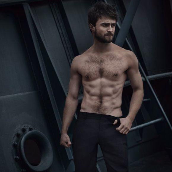 Daniel Radcliffe nous montre ses abdos de fer pour Vanity Fair------------Le petit Harry Potter fait définitivement partie du passé!Y'a pas à dire, Danielpasse beaucoup de temps à l'entraînement! Daniel Radcliffe nous montre son impressionnante musculature lors de son plus récent photoshoot pour le Vanity Fair! Alors, êtes-vous fans de Daniel version 2016: barbichette incluse, air rêveur et d'un grand sérieux?