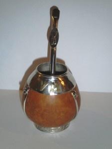 Conjunto de mate y bombilla. Iniciales V.M., con virola en alpaca, y detalles en bronce.