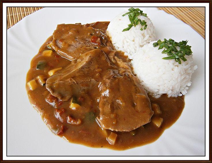 Vepřové jazyky uvaříme společně s kouskem mrkve, cibule, celeru a koření, jak jsme zvyklí při vaření obyčejného vývaru z masa, či...