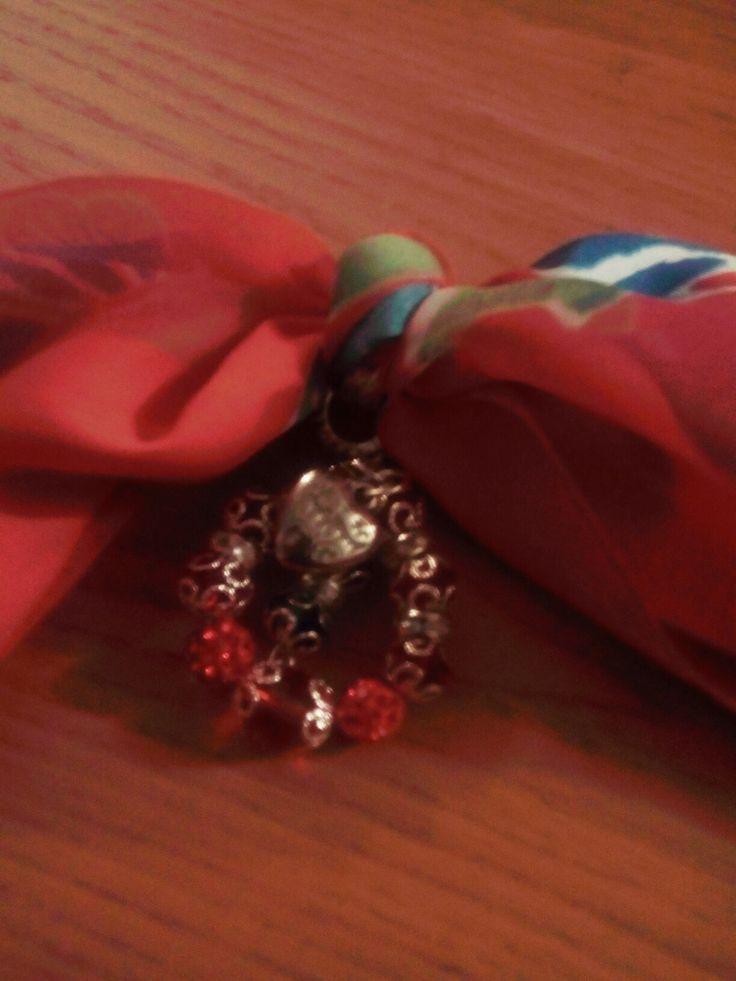 Sciarpa gioiello chiffon seta rossa e disegni multicolore con anello di cristalli e perle brillantinate rosse e cuore centrale