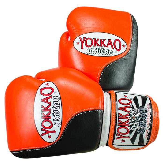 <ul>  <li>guanti Yokkao Muay Thai Boxe</li>  <li>modello Double Impact</li>  <li>modello speciale</li>  <li>in pelle bovina di alta qualità Premium</li>  <li>Completamente a mano in Thailandia</li>  <li>Davvero comodo utilizzo</li>  <li>Formato disponibile da 6 once a 18 once</li>  <li>Elevate prestazioni durante l'allenamento</li>  <li>chiusura in velcro è lo standard, pizzo Chiusura su richiesta</li> </ul> Per personalizzare il guantone sinistro con un massimo d...