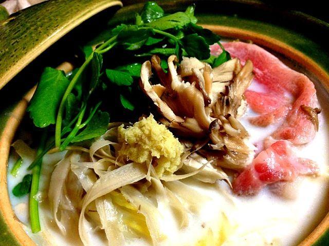 牛乳ベースの飛鳥鍋^ ^ 最近知って初めて作ったけど、歴史ある奈良いにしへの鍋みたい。 鳥ダシに味噌、たっぷり生姜、そして牛乳。具材はお好みで。 ささがきゴボウ、舞茸、せりのトリオがばっちり合いました。 ついでにテキーラとも合いました。 豆乳鍋の次は飛鳥鍋で♪ - 91件のもぐもぐ - 奈良の郷土  飛鳥鍋 by romie