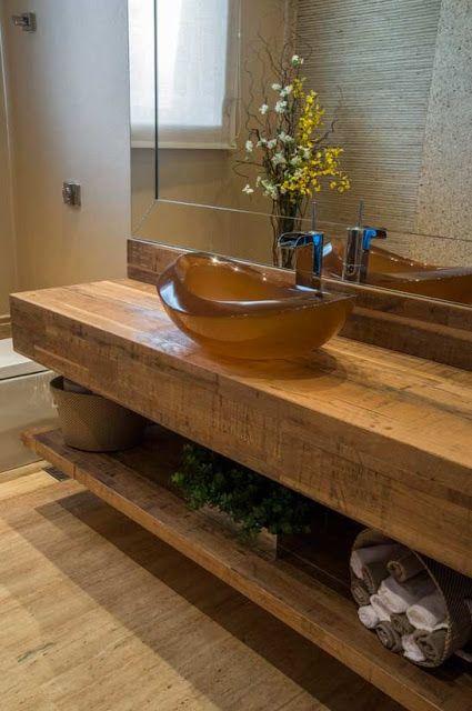 Banheiros com bancadas em madeira - * Decoração e Invenção *