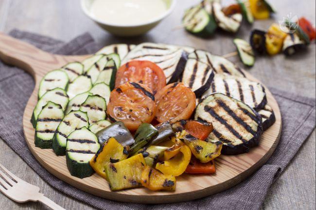 Le verdure grigliate sono un contorno salutare, colorato e molto saporito: la grigliatura ne preserva il gusto e ne esalta tutto il sapore.