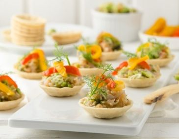 Party Cups mit Avocado-Lachstatar & Peperonata