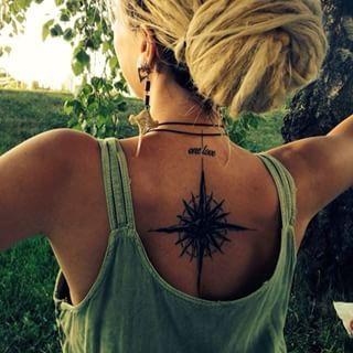 tatouage rose des vents dos femme
