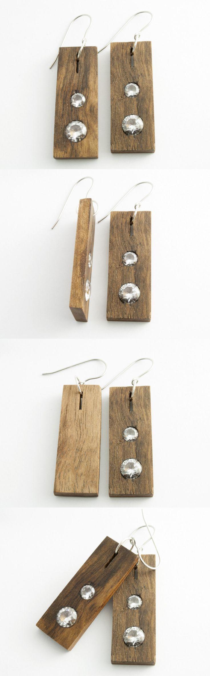 Ręcznie wykonane kolczyki z drewna orzecha włoskiego. W środku zostały zamontowane cyrkonie. Bigle zostały wykonane ze stali antyalergicznej. Długość kolczyka – 4cm Szerokość kolczyka – 1,5cm