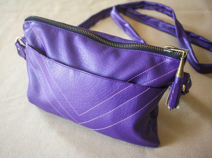 Pochette en simili cuir violet brodé : Sacs bandoulière par witch-and-craft