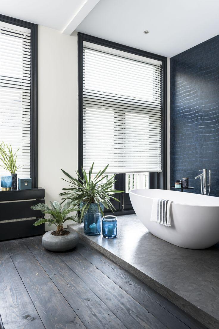 Prachtige badkamer met raamdecoratie van bece®
