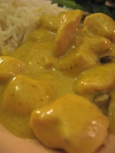 """750g vous propose la recette """"Poulet à la crème au curry"""" notée 4.1/5 par 17 votants."""