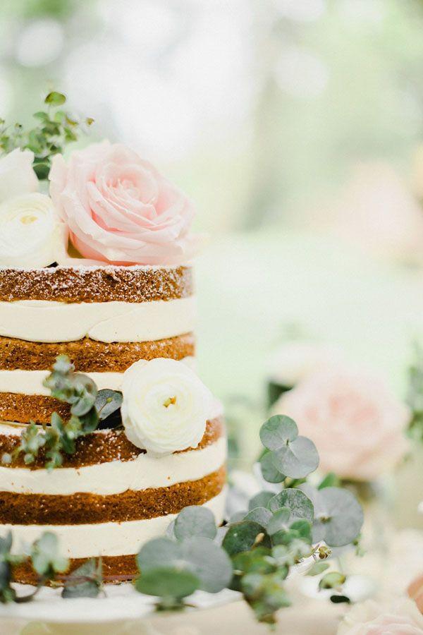 naked cake topped with roses, ranunculus and foliage http://weddingwonderland.it/2016/06/matrimonio-da-sogno-in-giardino.html
