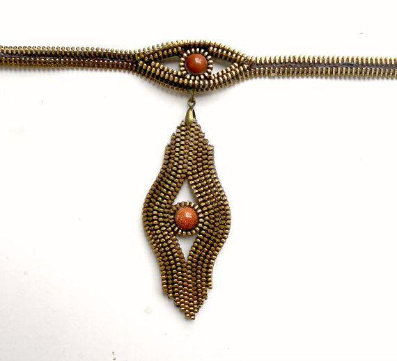 Regalo unico per le donne, cerniere Vintage creativamente si trasformano in bellissimi gioielli. La dentatura in metallo fare un effetto mozzafiato. Completamente cuciti a mano. Metallo tono oro. Combinato con le pietre semipreziose - due pezzi di pietra dorata la lunghezza è regolabile con una catena.  Questo elemento include un certificato di autenticità firmato per garantire che è un creativo originale di AnaMarinA fatto a mano Scopri i nostri altri negozi…