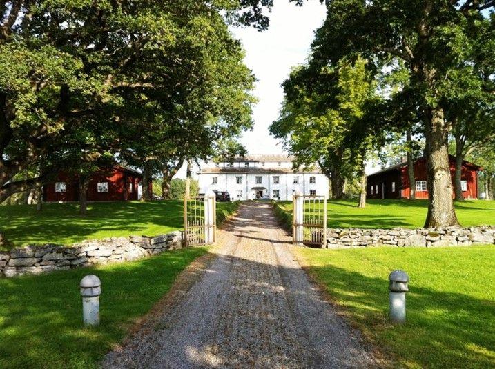 http://sverigestugor.eu presenterar: Här kan ni bo i en Herrgård omgiven av Värmlands lantliga natur. Här kan ni finna lugnet och ha en härlig sommar!