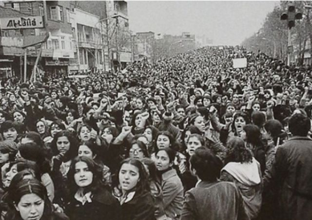Женщины протестуют против принудительного ношения хиджаба в Иране после революции 1979 года
