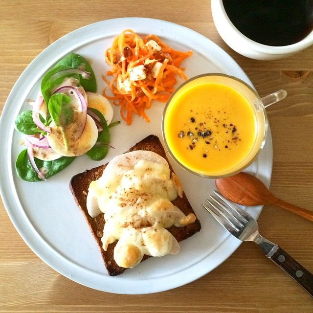 Instagram media keiyamazaki - Today's Breakfast. かぼちゃのスープと、パンの端っこちょっと焦がしたけど梨チーズトースト。 今日からガツンと忙しくなる一週間、気合いいれてがんばろう〜