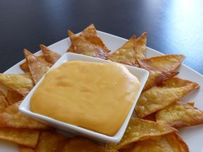Salsa de queso cheddar. Si os gusta el queso esta salsa os va a conquistar de inmediato. Se trata de una salsa para dipear que se puede disfrutar con unos aperitivos de maíz, unos nachos o totopos, unas patatas fritas, unos aros de cebolla y hasta para condimentar una rica hamburguesa. Una ...