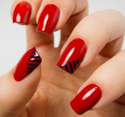 Uñas de color rojo con líneas de color negro