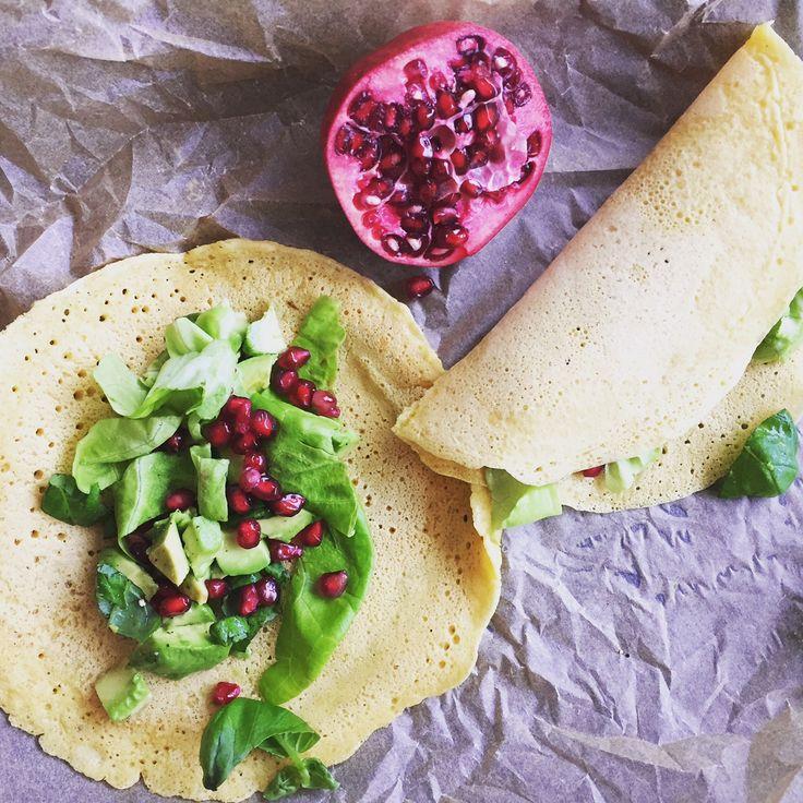 Kikhernelettuja, avokadoa, salaattia ja granaattiomenaa. Chickpea pancakes, greens & pomegranate, yummy!