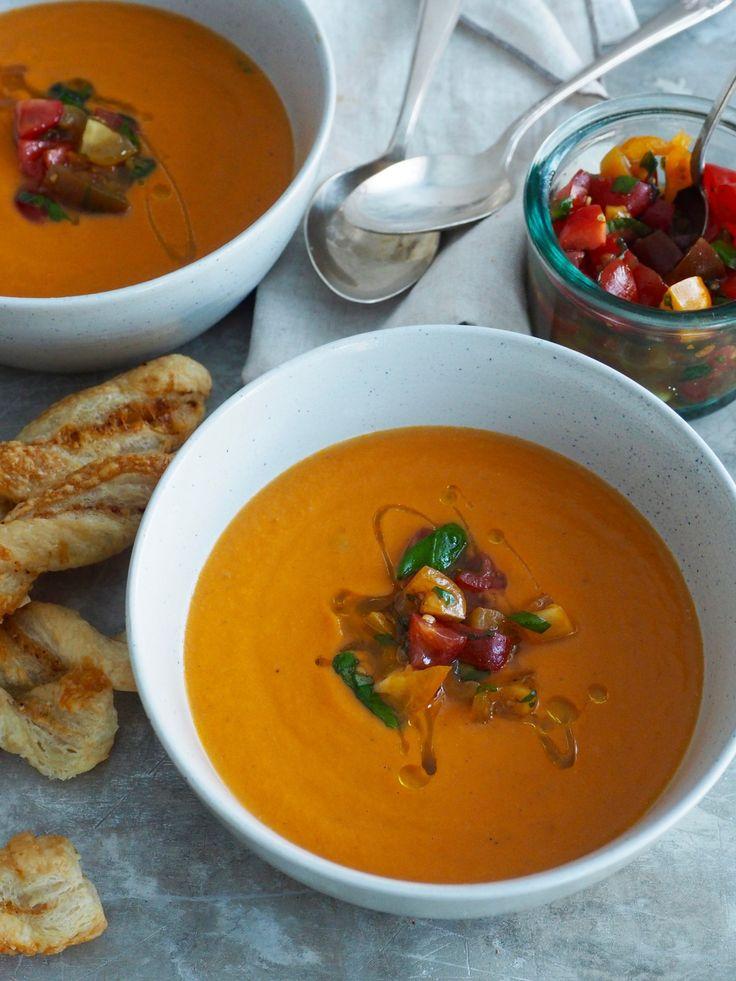 Her finner du en deilig tomatsuppe rundet av med mascarpone. Server gjerne med litt tomat garnityr og hjemmelagde ostestenger!