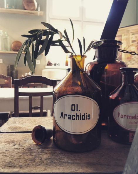 Vintage Apothekerflasche #berlinerlandjungs#wohnatelier#studio#interior#vintage#midcentury#country#wohnen#fabrik#industrialdesign#living#deko#scandinaviandesign#berlin#instagood#bauhaus#lampen#kommode#tisch#stuhl#bank#chest#table#chair#pharmacy#apotheke