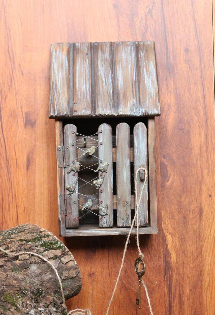 Разглядывала я как-то картинки в интернете с целью привлечь музу. И это помогло — муза прилетела. Одна картинка натолкнула меня на мысль, сделать вот такую старенькую ключницу. Опять же — мои любимые птички. В жизни я кошатница, а в декоре очень люблю птичек, наверное, это как-то связано. Итак, ключница деревянная в виде домика с крышей и дверкой, и для ее декора мне понадоби…