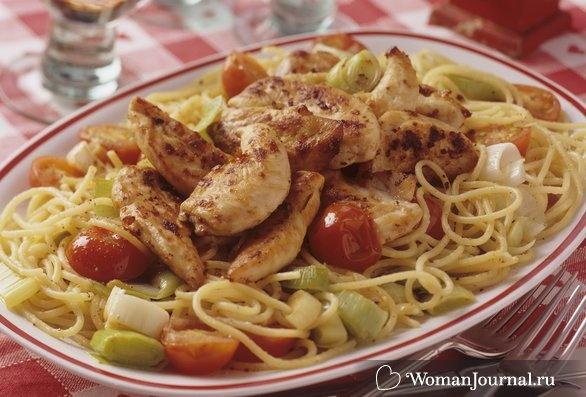 Салат со спагетти, овощами и цыпленком