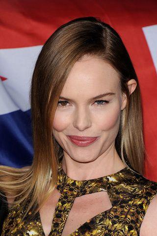 Kate Bosworth ha oscurecido su melena hacia un castaño ligeramente rojizo, pero ha mantenido las puntas unos tonos más claras.