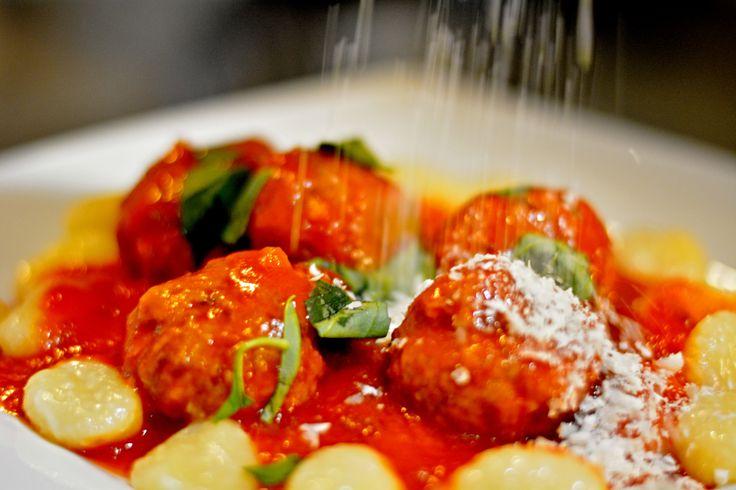 Restaurace ORO voní italskou kuchyní...terasa, kde se na Liberec díváte shora má jedinečnou atmosféru .Ochutnejte třeba zasněžené masové knedlíčky parmezánem v rajčatové omáčce s bazalkou! #ororestaurant #pytlounhotels #food #dinner #pytloun