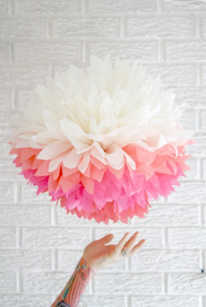 Pompom de papel con colores degradados para decorar fiesta de primera counion de niña