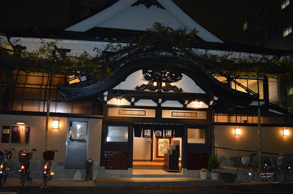 Andon Ryokan Tokyo Japan There are traditional public baths around Andon. This is a good chance! Have an experience taking a bath with local people. Also please pay attention their cool appearances and inside as well.  *Bath set(bodysoap, shampoo, conditioner, face soap, small towel and an written explanation of a public bath).