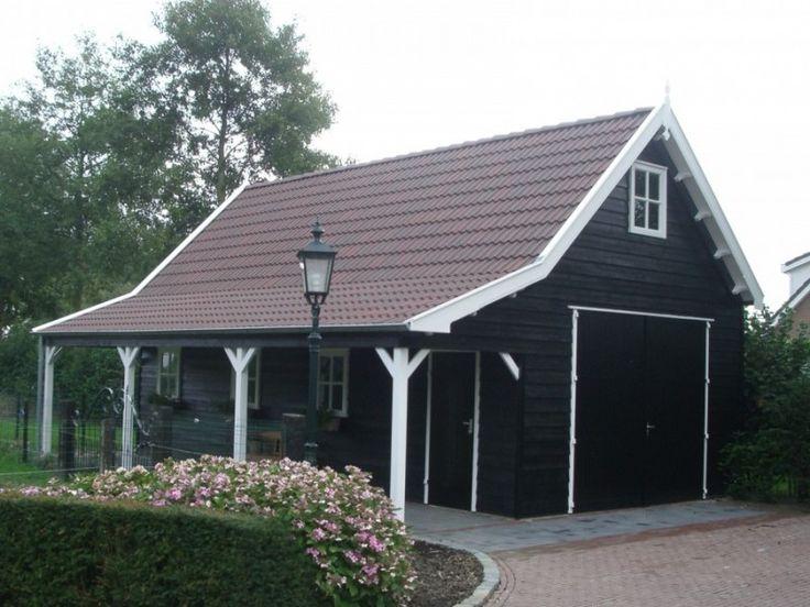 Dit landelijke tuinhuis bevat ruimte voor ontspanning, een garage en een veranda.