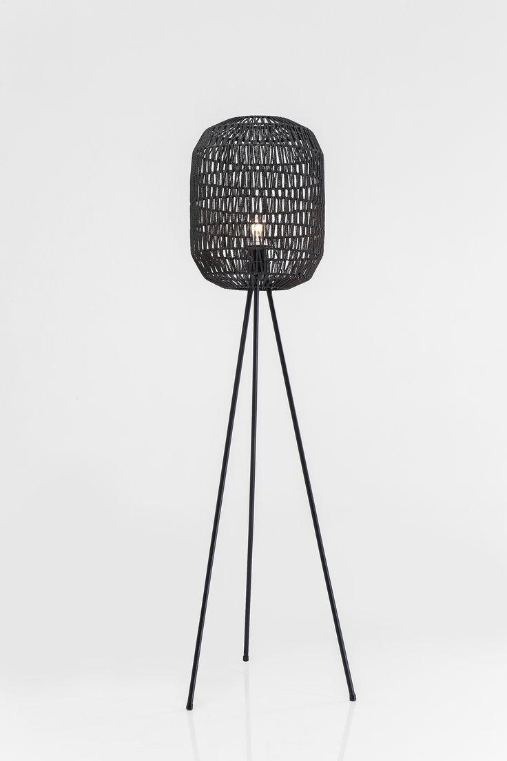 Vloerlamp rotan zwart. Wow! Deze gave driepoot vloerlamp in het zwart vinden wij te gek. De kabellengte is 2 meter. De mooi geweven kap, zorgt voor een extreem mooi licht wat er doorheen komt. Deze zwarte driepoot vloerlamp past bij een landelijk maar ook bij een modern huis. Zoek vooral de mix op,we like to mix!