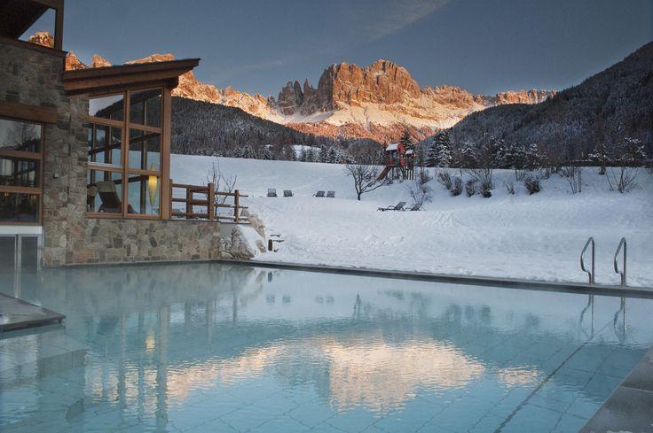 Jezelf verwennen met een duik in het zwembad te midden de Zuid-Tiroolse bergen.