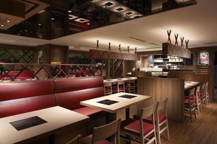 Красные кожаные диваны в интерьере японского ресторана