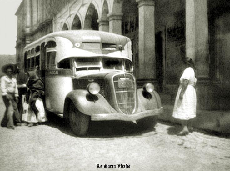 Personas y camion de pasajeros en La Barca Jalisco Mexico ,,, 1
