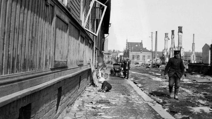 Tampere oli murjottu kaupunki keväällä 1918. Museokeskus Vapriikin julkaisemista kuvista näkyy sisällissodan ratkaisseiden taistelujen jäljet. Kaduilla lojui kuolleita. Tori täyttyi sotavangeista. Yle kävi Tampereen taistelun tapahtumapaikoilla ja kysyi kaupunkilaisten ajatuksia sodasta.