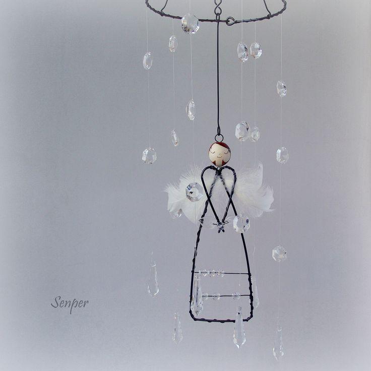 Andělský+déšť+Drátovaný+dekorativní+závěs+(+kolotoč+)+z+černého+žíhaného+drátu.+Závěs+je+zdoben+čirými+skleněnýmikorálky.+Dále+na+závěsu+naleznetebroušená+čirá+sklíčka+-+lustrové+ověsy.+Sklíčka+jsou+navázaná+na+čirý+vlasec+díky+tomu+se+andělka+neztratí+v+záplavě+drátu+a+sklíčka+tak+působí+dojmem+deště+a+krásně+se+lesknou+:)+Andělkaje...