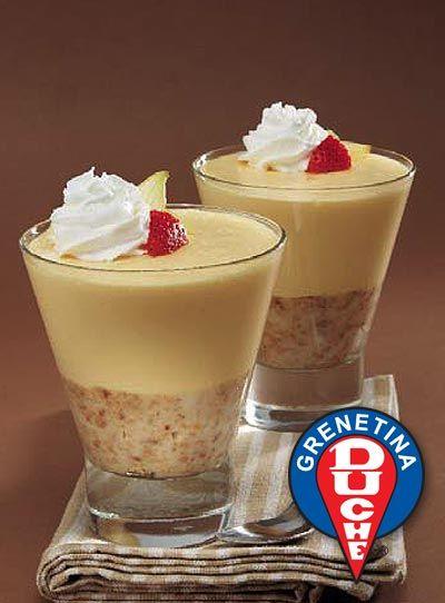 MOUSSE DE ROMPOPE. Ingredientes: • 1 taza de migajas de mantecadas • 1⁄2 taza de gelatina de leche • 20 gr o 2 cucharadas o 3 sobres de grenetina Duché • 1 taza de agua • 1 lata de leche evaporada • 1 taza de rompope • 200 gr de azúcar • 1 taza de crema ácida • 1 taza de crema para batir