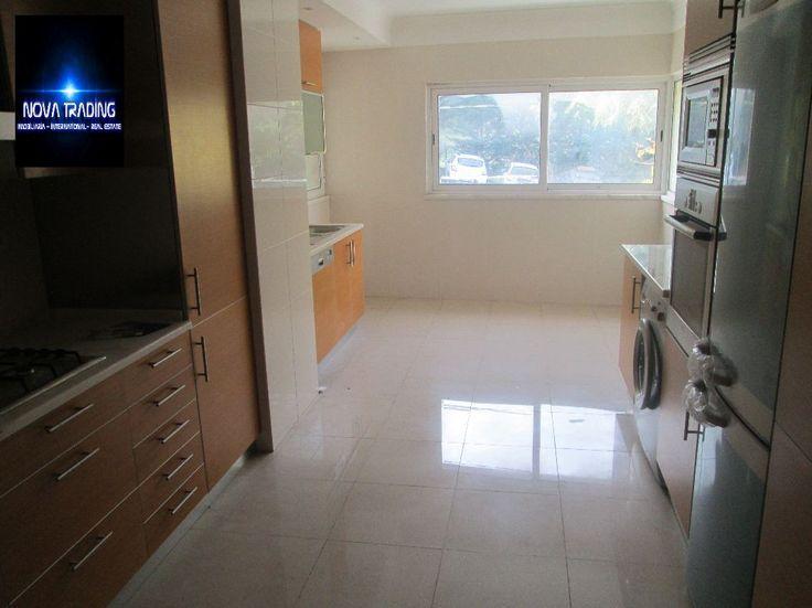 Apartamento T3  bastante soalheiro , com uma grande sala,  cozinha totalmente equipada , o apartamento ainda dispõe de  garagem. Este apartamento fica a 5 minutos do centro de Vila Franca de Xira, fica perto de comercio, transportes, Hospital, campo de futebol. entre outros, excelente investimento. financiamento a 100%