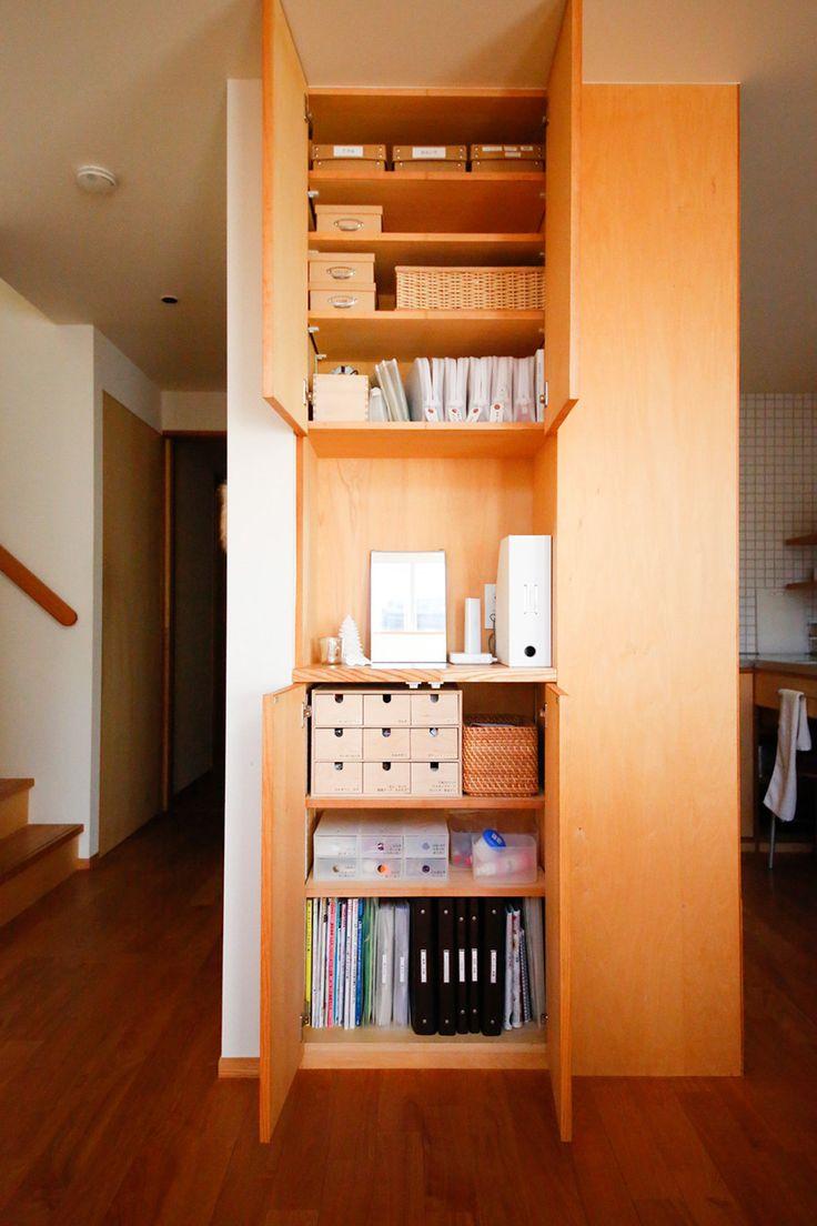 家族みんなが日常的に使うものをひとつに集約した棚。中段は電話と書類入れで隠したインターネットの配線置き場に。