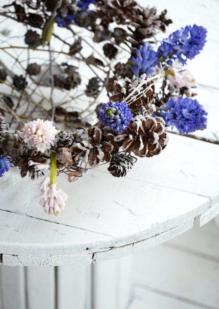 Tämän joulun kukka-asetelmat ovat kevyitä, utuisia ja herkkiä. Katso Avotakan vinkit ja tee itse tunnelmalliset asetelmat joulukotiin!