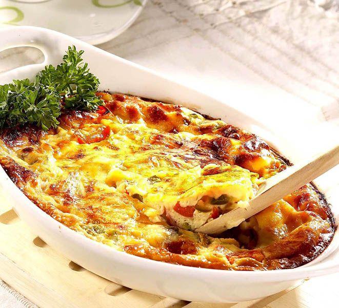 1. Se spală ciupercile în câteva jeturi de apă, se curăţă, apoi se lasă să se scurgă. La fel se procedează şi cu ardeii. Ciupercile şi ardeii se taie cubuleţe şi se călesc în unt, până scad. 2. Separat, se sparg ouăle şi se bat spumă, se amestecă cu smântâna şi cu brânza rasă pe …