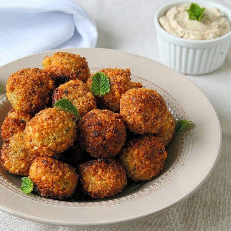 I falafel sono una buonissima ricetta di origine mediorientale, perfetta per sostituire la carne e il pesce in una dieta vegana o vegetariana.
