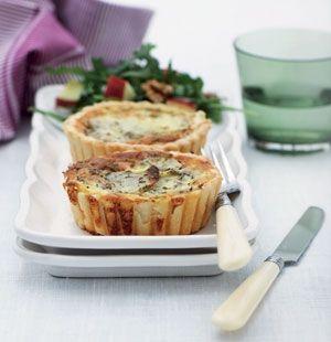 Bag kartoffeltærterne i små portionstærteforme som her, eller bag dem i en stor tærteform eller springform.