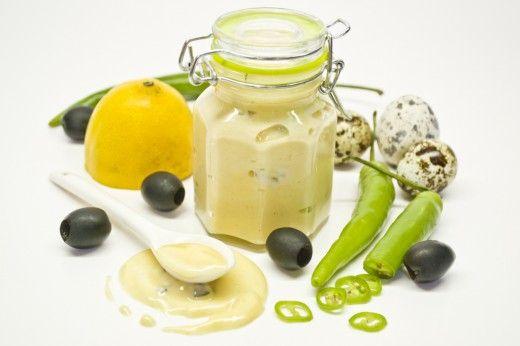 Домашний майонез с перепелиными яйцами, оливками и зелёным перцем  Домашний майонез отличается от своих промышленных собратьев не только вкусом, но и калорийностью. Вы можете сами регулировать количество соли, сахара и масла в соусе, составляя свой собственный оригинальный рецепт на базовой основе. А основа очень проста, так как это эмульсия из яичных желтков и растительного масла.