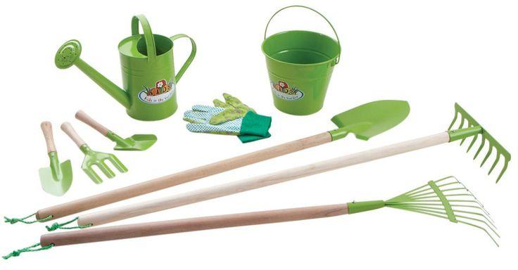 Kit 9 Outils de jardinage pour enfant sur Jardindeco. Cet adorable kit outils jardin enfant sera un précieux allié dans la mise en place et l'entretien du jardin. Ramassez les feuilles, retourner la terre, arroser les fleurs... les petits aussi peuvent le faire !