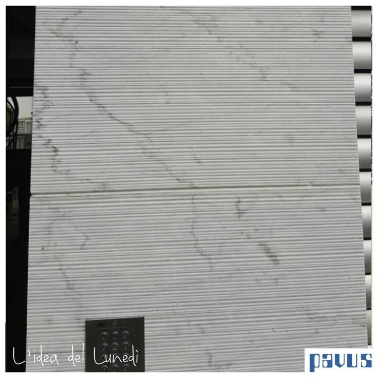 La facciata in marmo bianco di carrara con finitura canaletto di Pibamarmi .